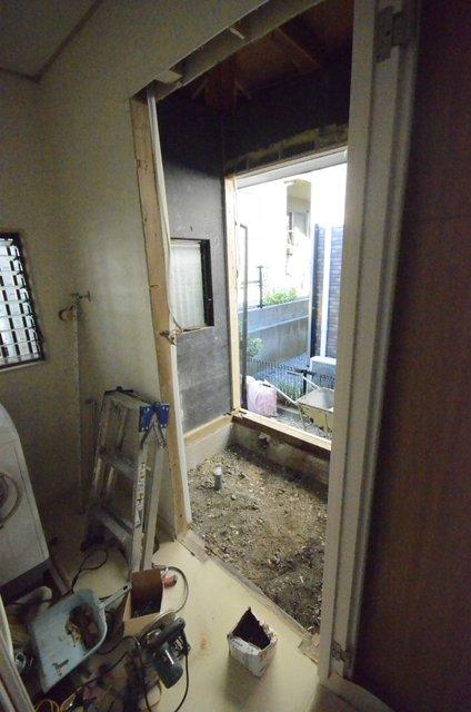 古くなったシステムバスルームを解体した状態