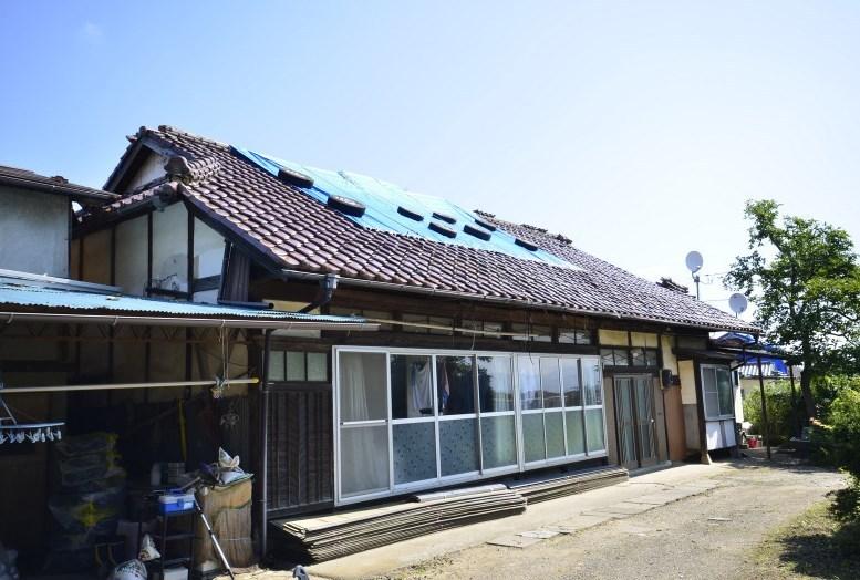 地震で被害を受けた瓦、施工前の状態