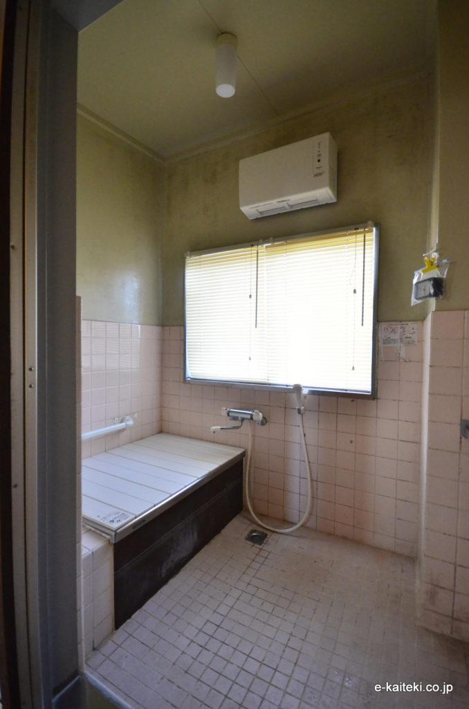 Before (施工前・在来工法による、タイルの浴室)